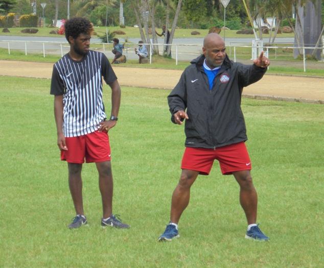 Le coach Pierre WAJOKA en séance, qui donne les consignes de placements à ses joueurs. Photo FCF / Photo FCF