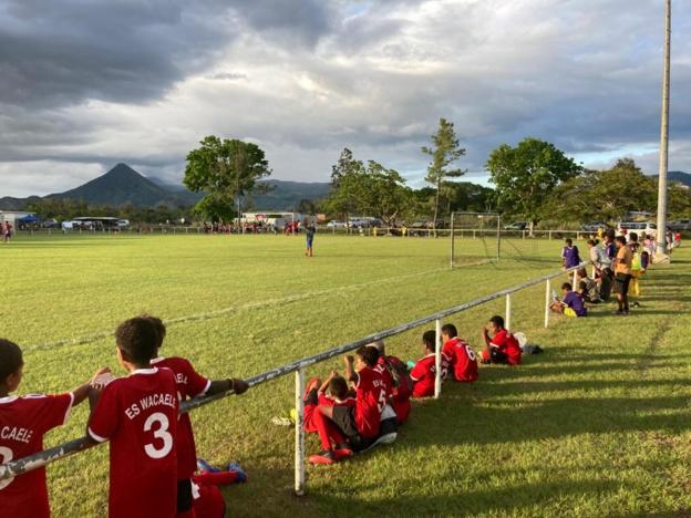 Le terrain de BOULOUPARIS a permis aux équipes présentes de profiter d'une belle pelouse pour offrir une bonne qualité de jeu.