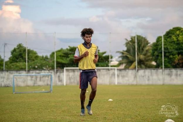 Pothin POMA fait parler sa puissance au milieu ou en défense dans le championnat tahitien, avec l'équipe emblématique de l'As Vénus