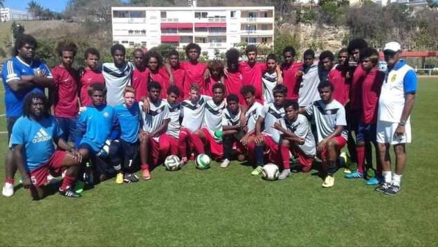 Michel CLARQUE (tout à droite), ici avec la Sélection U17 de Calédonie qui disputera le Mondial FIFA U17 - 2017, en Inde.