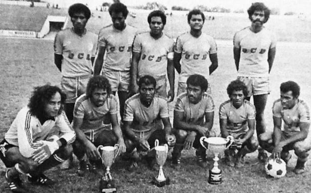 """Michel CLARQUE, ici accroupis à gauche en 1978, gardien de but de l'équipe de Gaïtcha vainqueur de la Coupe de la Ligue, du Président et du District (1ère division). Photo via la page Fb """" L'histoire du sport calédonien"""""""