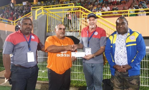 Marcel UNË (2ème Vice-Président de la FCF, à gauche), Gilles TAVERGEUX (Président la FCF, au centre à droite), et Christian LAWI (Président du Comité Iles), ont remis ce samedi au Stade Hnassé les fonds d'aide au club du SC NE DREHU, actuel 4ème de Super Ligue. Photo : FCF