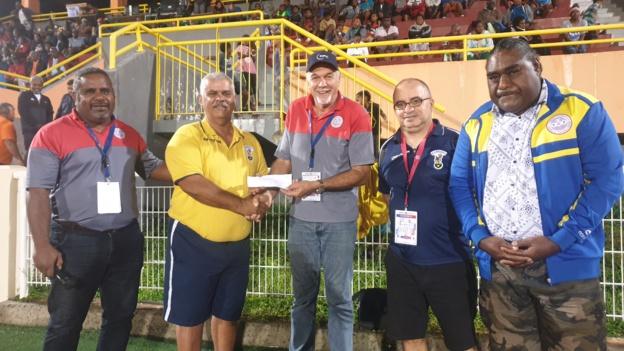 L'AS Magenta - en déplacement à Lifou samedi - a également reçu son aide financière, un chèque remis notamment par le Président de la Fédération, Gilles TAVERGEUX.