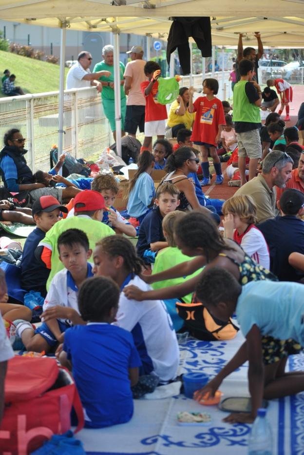 Le Stade Boéwa aura été animé ce samedi, entre les nombreux enfants et accompagnateurs présents dans l'enceinte sportive. Crédit Photo : Kia Kids Cup.