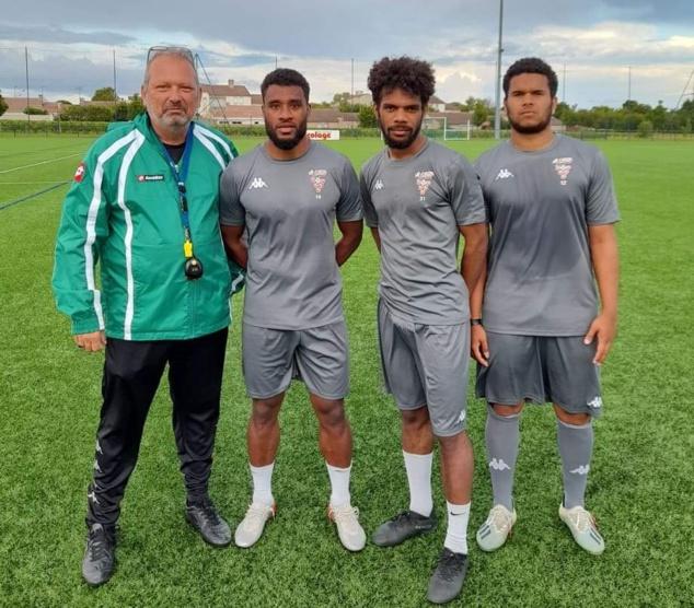 En photo : Thierry SARDO, le nouveau coach de Cognac, entouré de ses trois recrues calédoniennes.