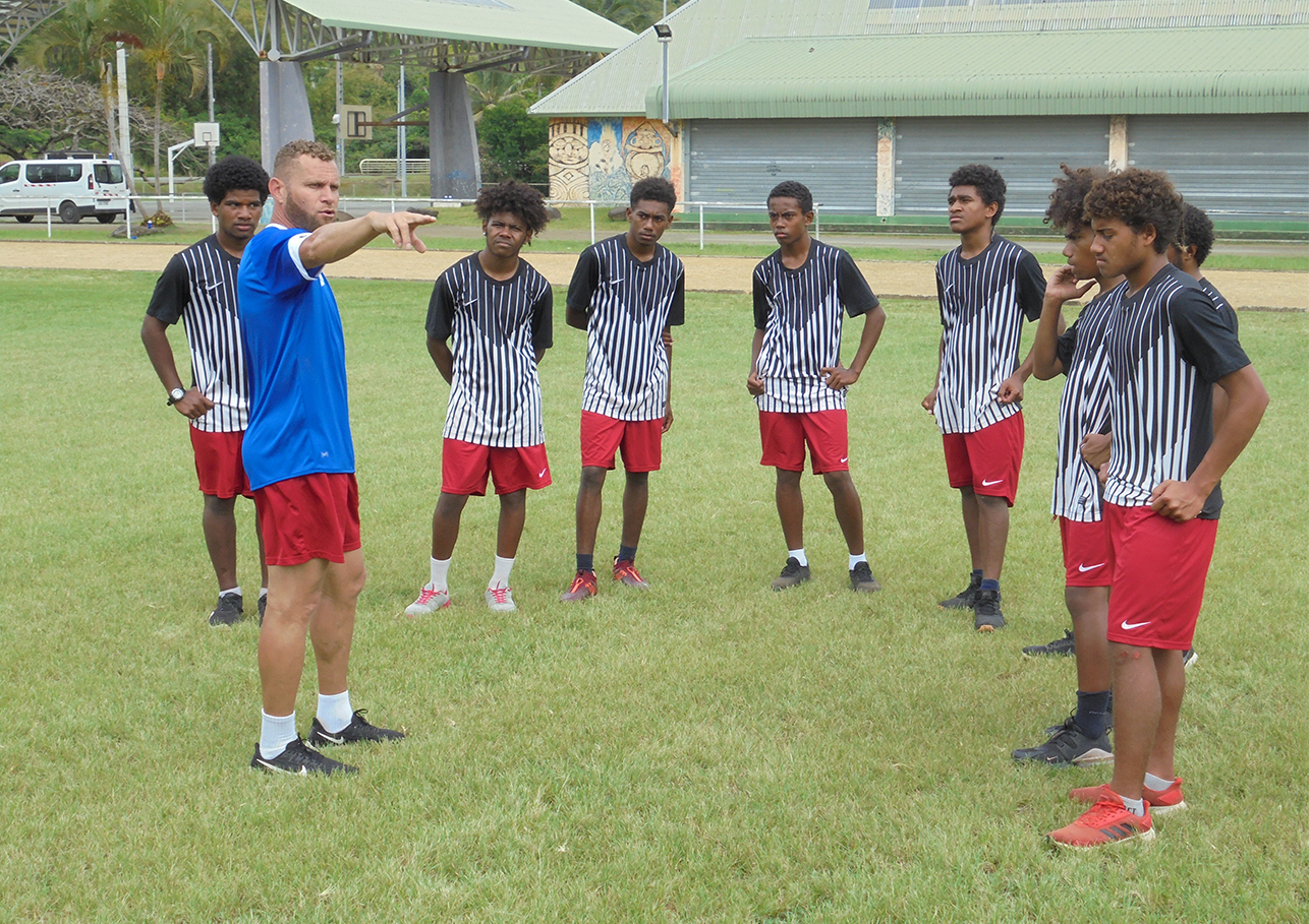 """Le Sélectionneur adjoint U16 - Patrick DIAIKE, ancien international cagou - ici en discussion """"tactique"""" avec les joueurs / Photo : FCF, Cyril Bitaud"""