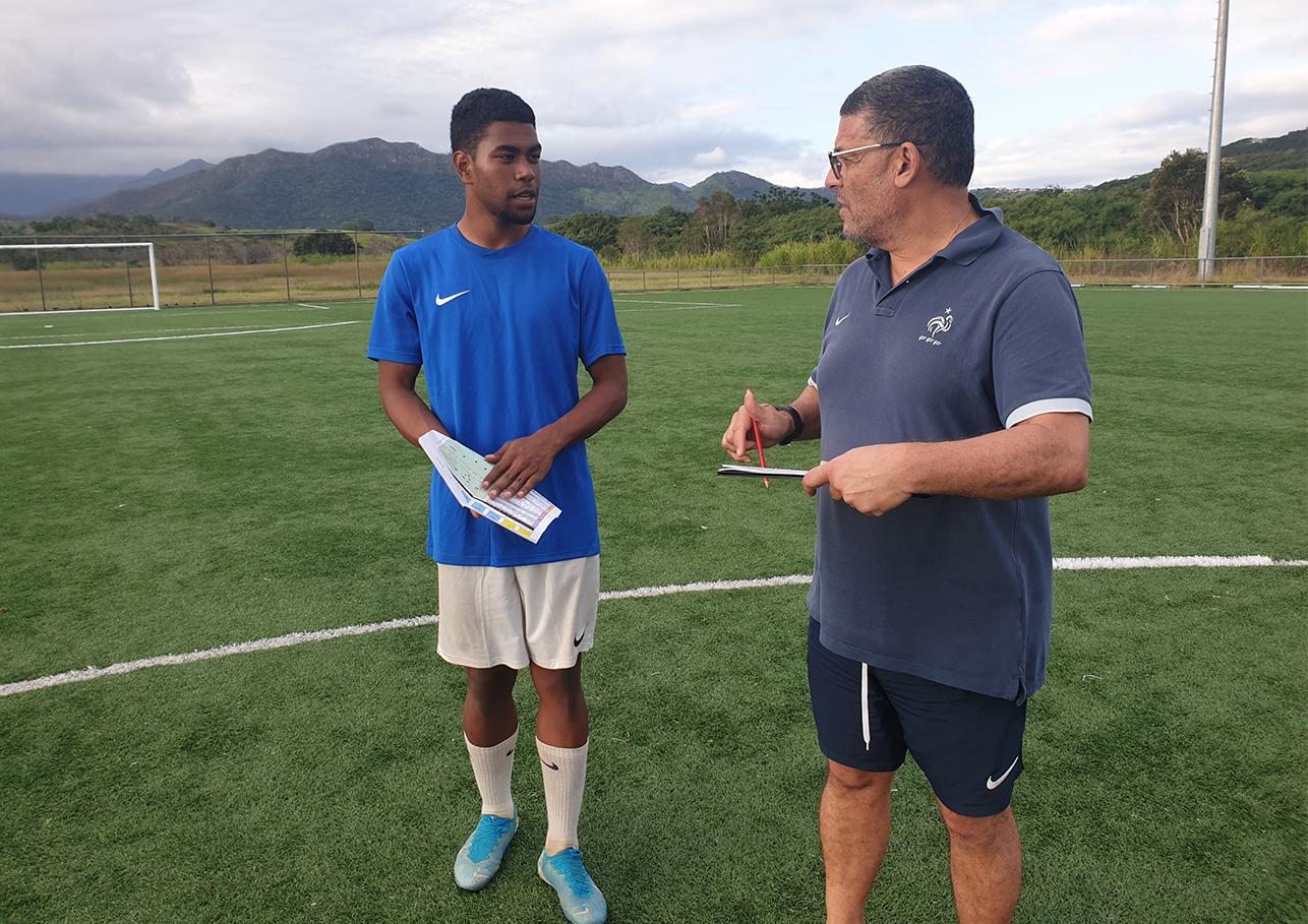 Michel BERBECHE, il y a quelques semaines lors d'une formation CFF1 au Centre Technique FCF de Païta, en compagnie d'un stagiaire également joueur de Hienghène Sport (Georges Wakanumune). Photo FCF