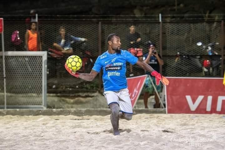 Gaby VAKOUME est aussi investi à onze qu'au Beach Soccer : il a été élu gant d'or et a fini Champion de Tahiti Beach Soccer avec son club des Green Warriors