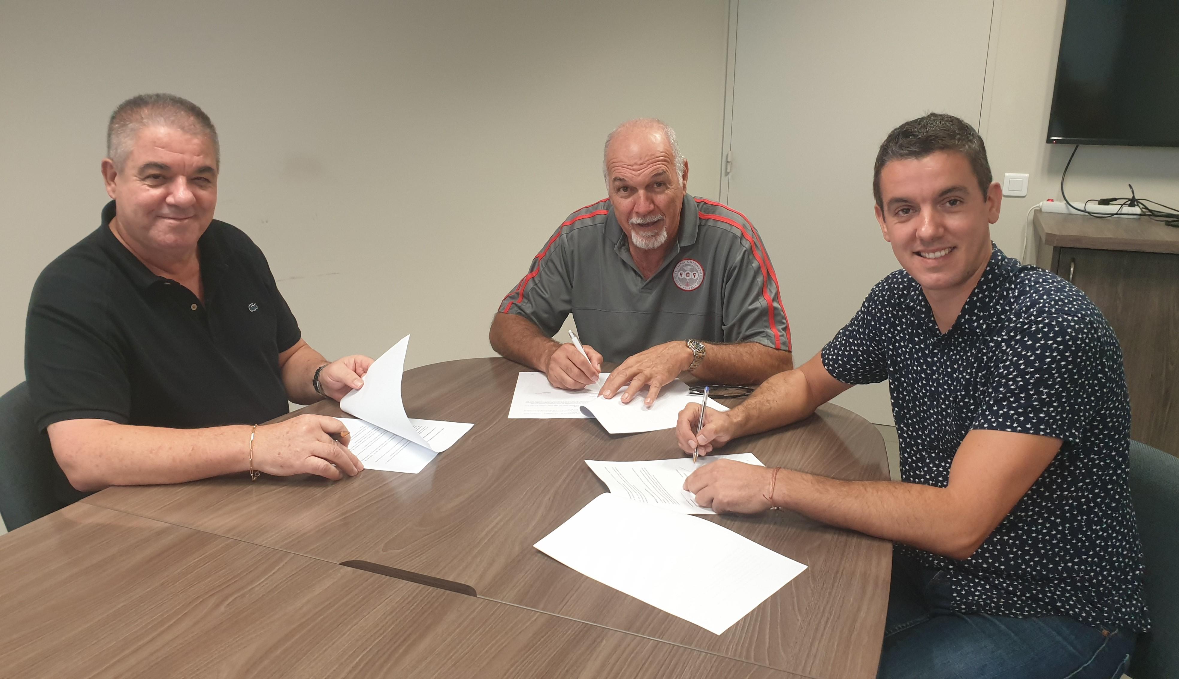 Jean-Marc et Jérôme ESPALIEU (à gauche et à droite), accompagné de Gilles TAVERGEUX (au centre), ont signé officiellement - ce jeudi - la convention associant KORAIL à la FCF.