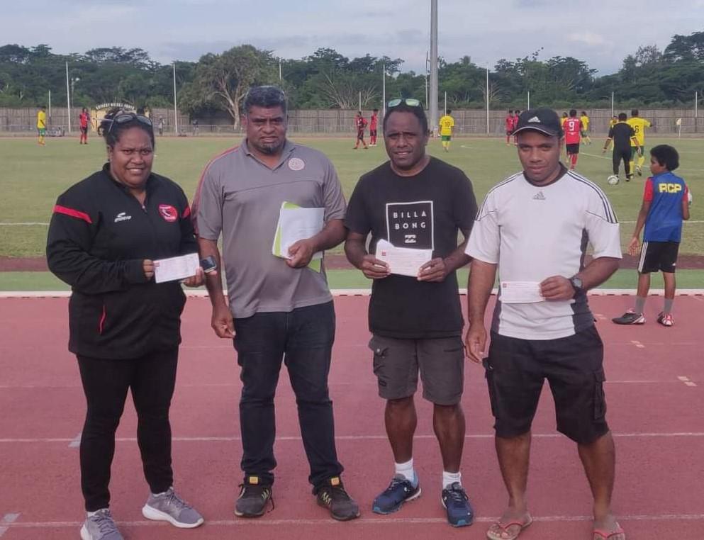 L'As Mont-Dore, l'As Wetr et la Js Baco ont reçu leur chèque des mains des Noam TEIN, 1er Vice-Président de la Fédération.