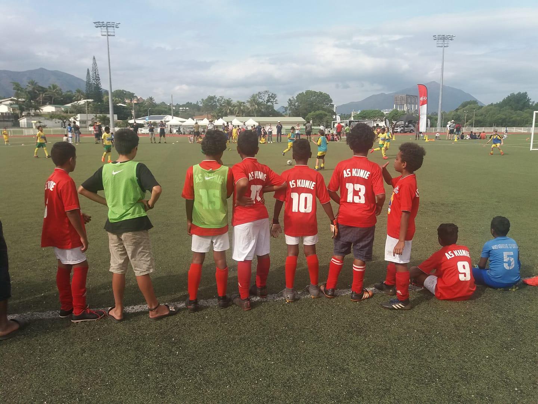 L'AS KUNIE, observateurs et supporters attentifs des autres rencontres entre leurs matchs joués durant toute la journée. Crédit Photo : Kia Kids Cup