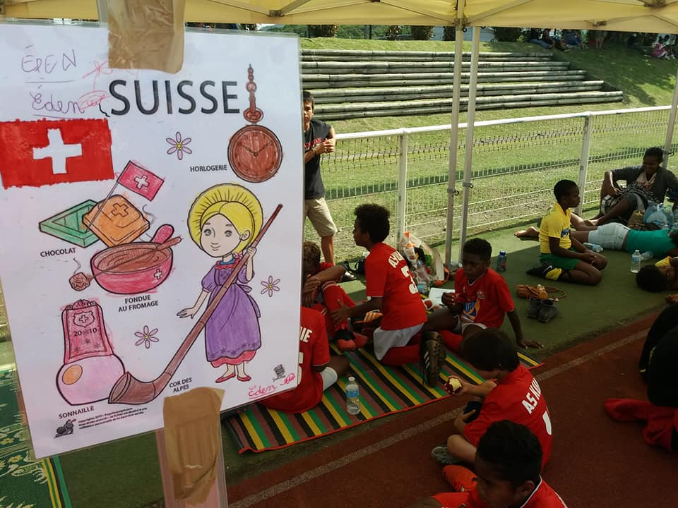 Les drapeaux de chaque équipe présente - et représentant les pays qui disputeront l'Euro - ont été créés par l'Ecole de Rivière Salée et Maîtresse Kelig. Crédit Photo : Kia Kids Cup.