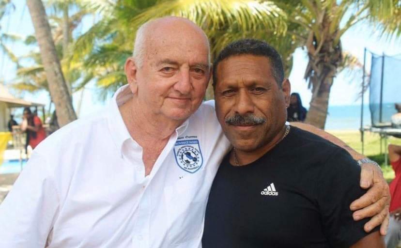 Marck LEONARD - ici à gauche - aura tout gagné avec le club de la JS BACO. Il est l'un des grands dirigeants que le football cagou ait connu. Photo : CPNF.